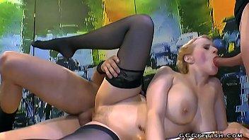 Грудастая Блондинка Трахается С Двумя Мужиками